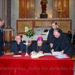 El Sr. Obispo firma los documentos eclesiásticos
