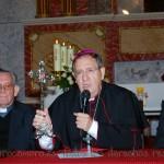 Mons. Rafael Palmero muestra la Santa Cruz de Granja de Rocamora mientras habla de Rebeca