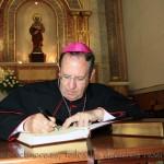 El Sr. Obispo firma en el libro de recuerdo de la celebración