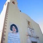 Imagen de Rebeca en la fachada de la Parroquia anunciando la celebración
