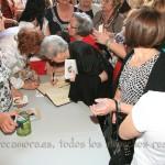 A la puerta de la parroquia la gente se agolpaba para firmar en el libro del proceso y comprar la biografía de Rebeca