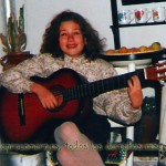 Amenizando una fiesta familiar tocando la guitarra