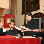 Don Rafael entrega al portador la carta que será entregada a la Congragación para las Causas de los Santos en Roma
