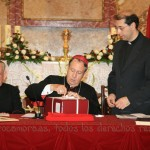 Mons. Palmero procede a sellar las carpetas