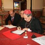 Mons. Rafael Palmero deja su firma en los documentos de la última sesión diocesana