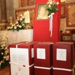 Toda la documentación diocesana guardada en cuatro grandes carpetas ante la imagen de Rebeca